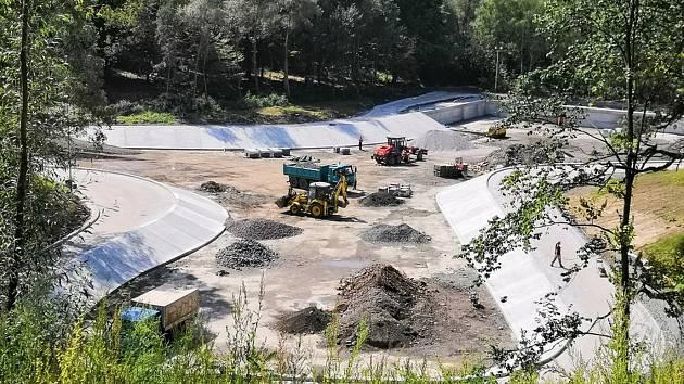 V místě se nyní pracuje na dokončení půlkilometrové in-line dráhy, další plány odkrývají přiložené vizualizace. Park bude výrazně upraven, vznikne i jakási prohlídková trasa po dřevěné lávce.