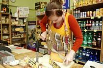 Ochotná a přívětivá obsluha je v sýrovém krámku v Nádražní ulici samozřejmostí, stejně jako ochutnávka třeba sýru, který si zákazník chce koupit.