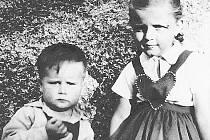 """Zbyněk Janáček, dnešní děkan Fakulty umění Ostravské univerzity, na snímku z dětství se svou """"první láskou""""."""