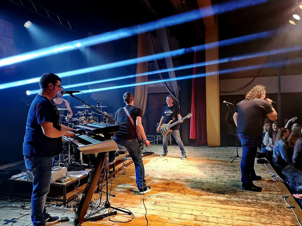 Zábava s rockovou muzikou je oblíbená v celém Česku. Ilustrační snímky.