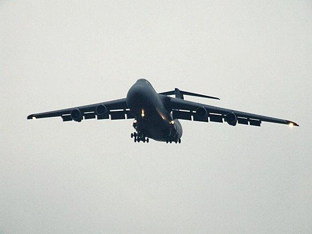 Přistání amerického obřího letounu C-5 Galaxy