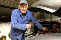 Sběratel veteránů, osmasedmdesátiletý Aleš Maralík, má ve své garáži opravdové skvosty.