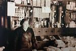 Takto vypadal ve 40. letech minulého století interiér prodejny Anny Vypiorové. Sama majitelka stojí na snímku za pultem.