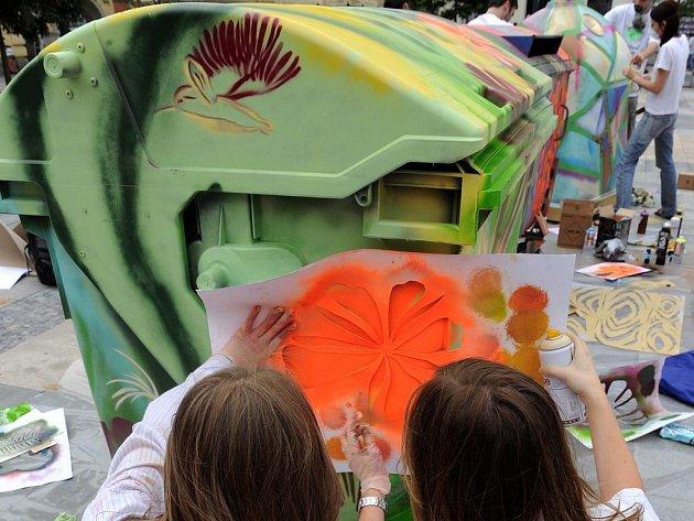 Učitelé a studenti oboru malba Střední umělecké školy v Ostravě se včera zapojili na Masarykově náměstí v Ostravě do projektu Kreativní kontejnery. Jeho cílem je upozornit veřejnost na důležitost třídění odpadů.