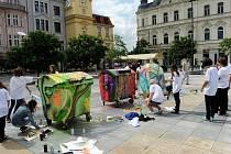 Učitelé a studenti oboru malba Střední umělecké školy v Ostravě se zapojili na Masarykově náměstí v Ostravě do projektu Kreativní kontejnery. Jeho cílem je upozornit veřejnost na důležitost třídění odpadů.