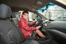 O tom, že se s Deníkem vyplatí soutěžit, se přesvědčila paní Vladimíra Šajtarová ze Studénky. Domů totiž odjela v novém Chevroletu Spark, který do soutěže věnovala společnost Pavlas Trust.