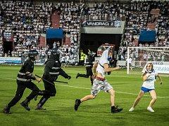 Utkání mezi Ostravou a Opavou bylo v 17. minutě přerušeno poté, co fanoušci vtrhli na hrací plochu.