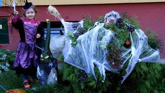 Pokud ne největší ani nejpestřejší, tak rozhodně ta nejšílenější halloweensko – dušičková výzdoba v celé Ostravě je v Porubské ulici na třetím porubském obvodě.