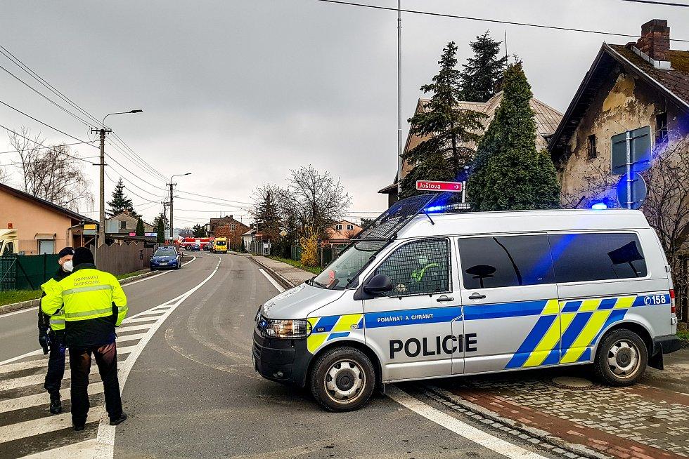 Policejní zásah a uzavřená Paskovská ulice v Hrabové kvůli požáru domu, v jehož útrobách se nacházela ostrá munice. Museli být evakuováno lidé z pěti rodinných domků, 17. dubna 2021 v Ostravě.