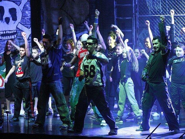 Muzikálem Streetlight ve sportovní hale Sareza v Přívoze vyvrcholil projekt Silní bez násilí.