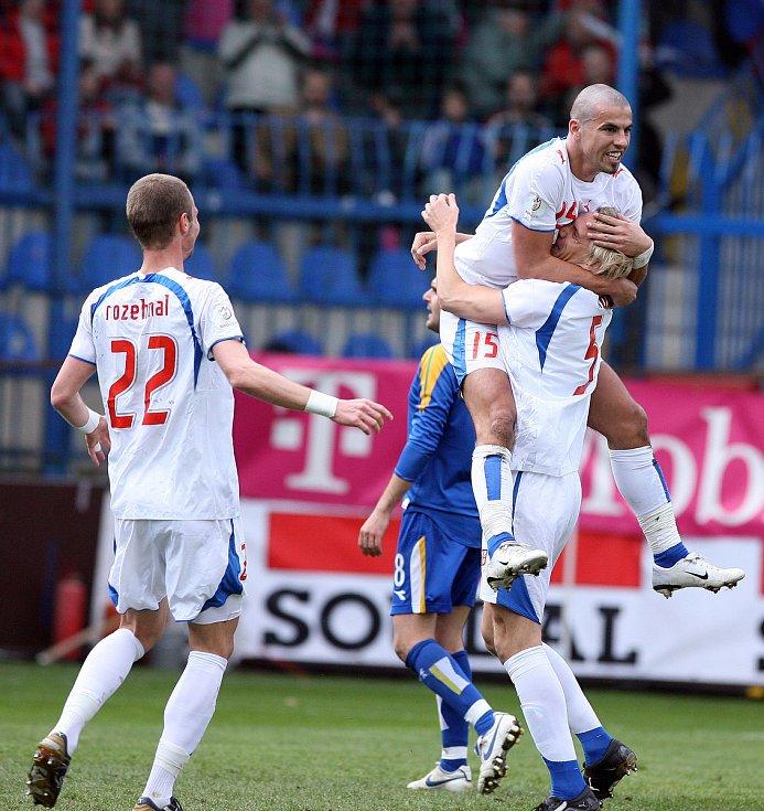 Milan Baroš slaví gól do sítě Kypru.