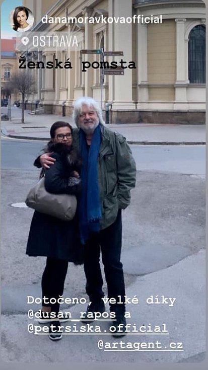 Dana Morávková (na snímku s Dušanem Rapošem) v Ostravě natáčela komedii Ženská pomsta.
