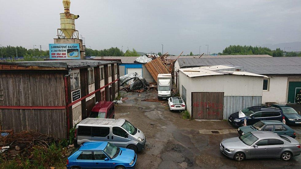 V Českém Těšíně vítr strhl část střechy dílny autoservisu.