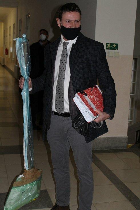 Touto lopatou, kterou drží v ruce státní zástupce Vít Legerský, mladíci oběť udeřili do hlavy.