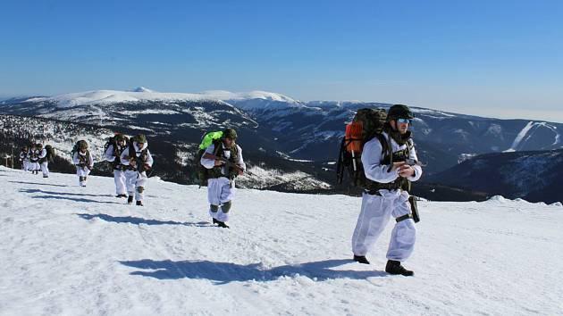 Příslušníci aktivních záloh Krajského vojenského velitelství Ostrava absolvovali minulý týden (25. 2. až 1. 3. 2019) v Krkonoších výcvik ve speciální tělesné přípravě, tzv. zimním přežití. Přesun horským terénem.