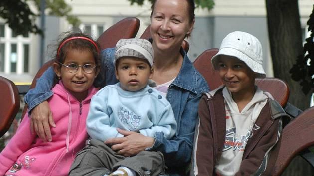 SPOLU. Dagmar Vyoralová vychovává se svým mužem tři děti romského původu. Monika a Lukášek půjdou za pár dnů poprvé do školy, malý Honzíček si musí na školní povinnosti ještě nějaký ten rok počkat.