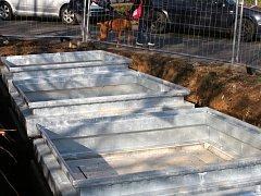 Do konce roku budou moci lidé na náměstí Antonie Bejdové házet smetí sem, do podzemních popelnic.