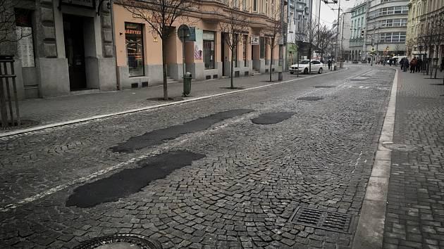 """""""Záplaty"""" na vozovce u Mostu Miloše Sýkory jsou pouze provizorní."""