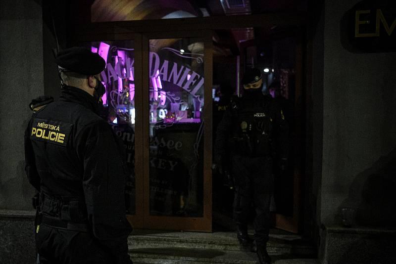 Stodolní ulice 4. prosince 2020 v Ostravě. Policie kontroluje uzavření vnitřních prostor po 22:00 hodině, díky vládním opatřením k zamezení šíření koronavirového onemocnění COVID-19.
