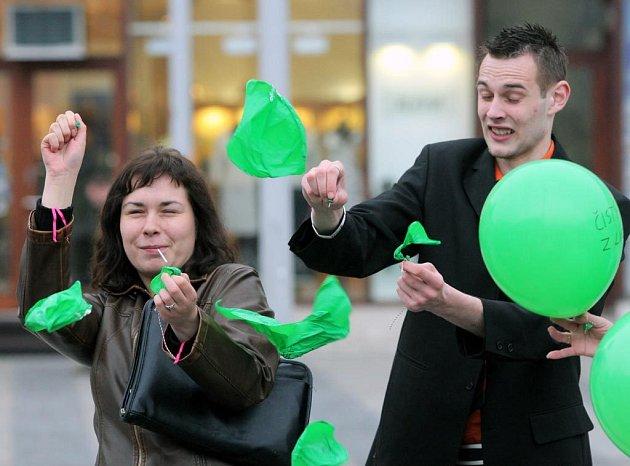 Čistý vzduch pro Ostravu. Ten z nafukovacích balónků je z Lysé hory a lidé ho vypouštěli v úterý na Masarykově náměstí.