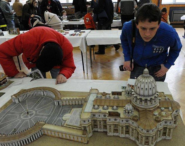 V Základní škole na Čkalovově ulici se v sobotu uskutečnilo mistrovství ČR papírových modelů Papír Show Ostrava 2011. Jednalo se již o sedmý ročník soutěžní výstavy papírových modelů, převážně záchranářské techniky hasičů.