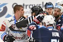 LÍDR V AKCI. Kapitán hokejových Vítkovic Rostislav Olesz (vlevo) během extraligového utkání s Chomutovem.