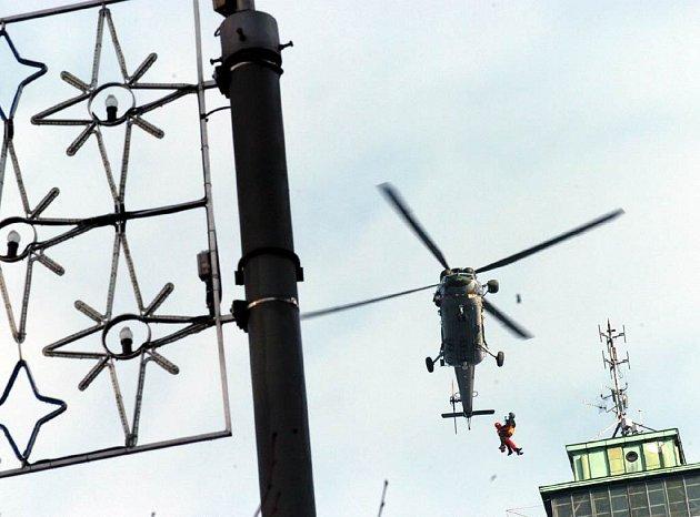 Letečtí záchranáři při cvičení v Ostravě