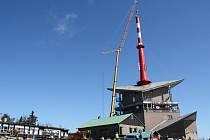 Na Lysé hoře byla v pátek instalována nová anténa, která umožní lepší příjem digitálního signálu.