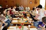 Úterky a čtvrtky navštěvují studenti ostravského Matičního gymnázia seniory v Domě s pečovatelskou službou v Ostravě-Zábřehu.