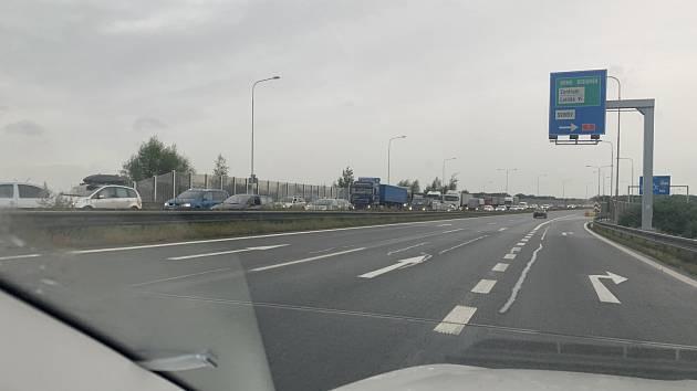 ŘIDIČŮM SE PŘITÍŽILO. Ranní kolona na paralelní spojnici mezi Porubou a centrem Ostravy, kde jsou v Rudné ulici dočasně uzavřené rampy v lokalitě Nad Porubkou.
