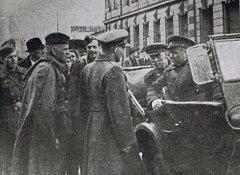 Velitel 4. ukrajinského frontu generál A. I. Jeremenko (sedící v autě) rozmlouvá krátce po osvobození Ostravy s velitelem 1. čs. samostatné tankové brigády majorem Vladimírem Jankem.