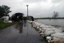 Desítky hasičů a vojáků budovali v koblovské části Žabník při posledním povodňovém stavu improvizovanou hráz proti velké vodě