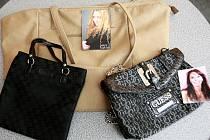 Ve značkových kabelkách od Heidi Janků a Petry Hapkové je i fotografie zpěvaček s věnováním.
