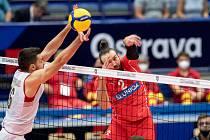 Čeští volejbalisté podruhé na mistrovství Evropy v Ostravě zvítězili. Po Slovinsku (3:1) porazili v úterý Černou Horu (3:0). Univerzál Jan Hadrava (2) si na síti dobře poradil s blokem soupeře.
