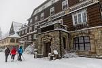 Sněhová nadílka přilákala 9. ledna 2021 návštěvníky na Pustevny v Beskydech.