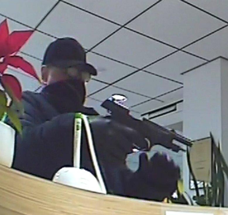 Kamery v prosinci 2017 zachytily pachatele při přepadení banky. K překvapení policistů stopy vedly k Radimu V.