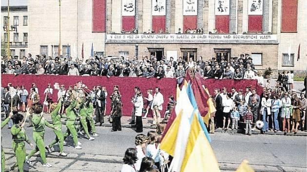 Takto pochodovali o 1. máji ostravští dělníci v době Rakousko-Uherska.