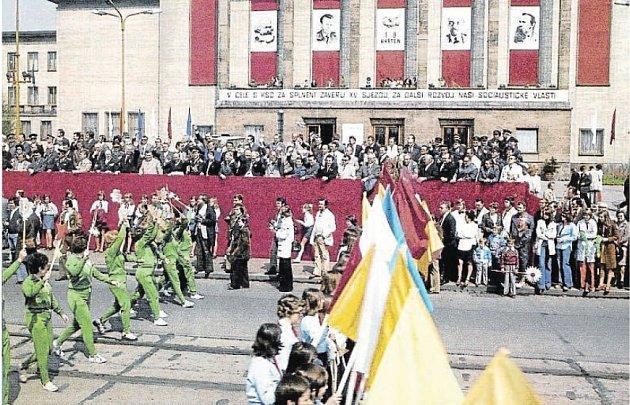 Takto vypadala oslava 1.máje vOstravě před domem kultury na začátku šedesátých let minulého století.