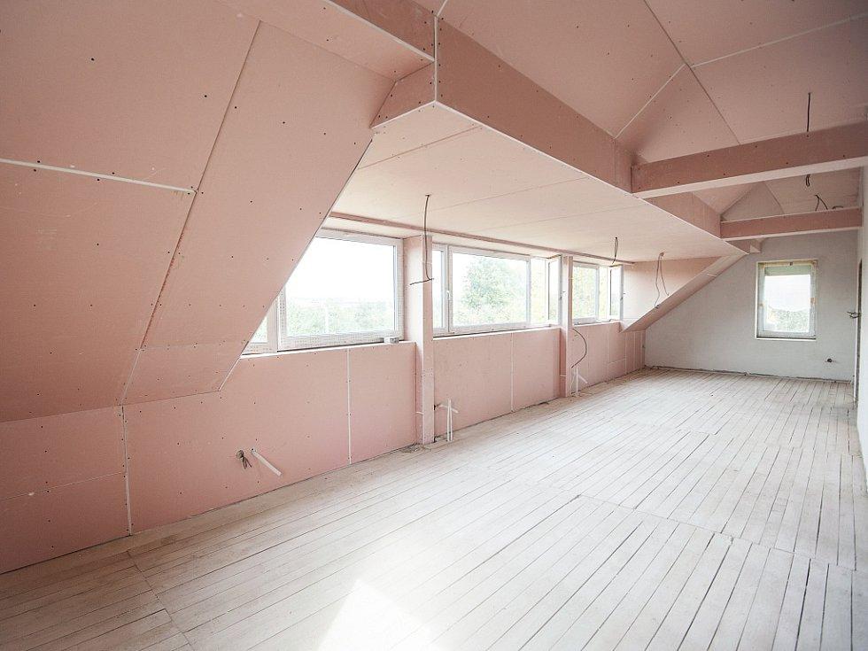 Stacionář pro postižené s kombinovanými vadami v Nové Vsi, který má být otevřen příští rok, se dostal do slepé uličky. Chybí zhruba milion korun na jeho dokončení.