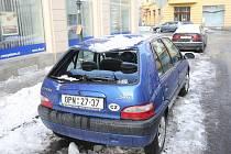 Zledovatělý sníh ve čtvrtek odpoledne promáčkl automobilu Citroën Saxo odstavenému na Janáčkově ulici v centru Ostravy střechu a rozbil zadní okno.