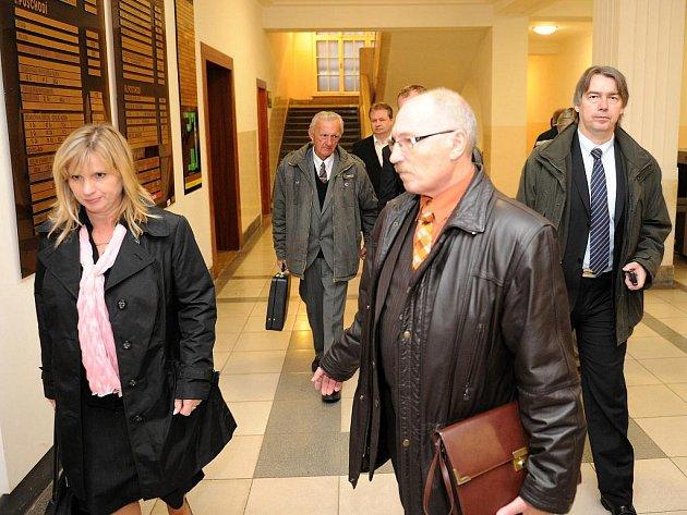 Vyhlášení rozsudku se zúčastnil pouze jeden z obžalovaných, zbylé zastupovali obhájci.
