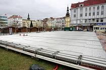 Stavba kluziště v centru Ostravy.
