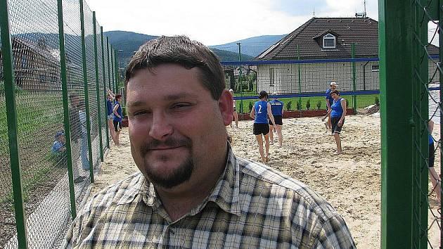 Milan Zakřevský stojí na nově vybudovaném hřišti na plážový volejbal, které vzniklo ve vendryňské lokalitě Zaolší.