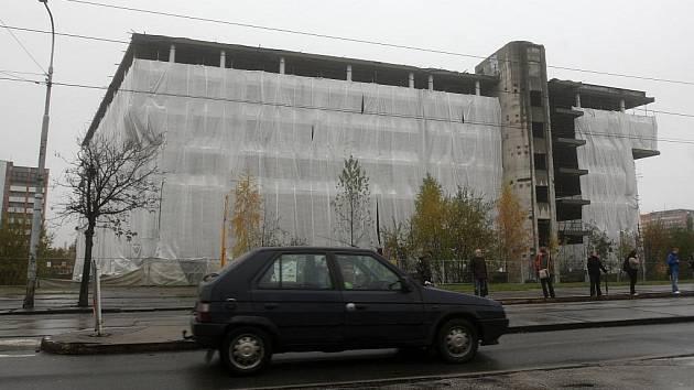 V těchto dnech byl skelet naproti Domu kultury města Ostravy zahalen do bílých geotextilií, které brání prašnosti a vlhkosti.