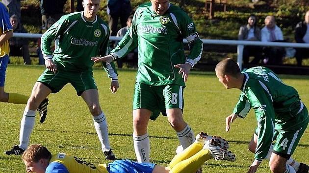 Zkušený, třicetiletý obránce Kamil Indra (stojící uprostřed) vedl v podzimních bojích s kapitánskou páskou fotbalisty Odry Petřkovice do bojů o body v krajském přeboru.