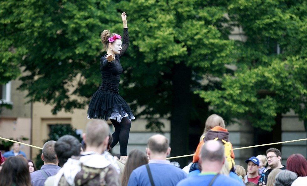 První ročník mezinárodního festivalu nového cirkusu a pouličního divadla zažila o víkendu Hlavní třída v Ostravě-Porubě.
