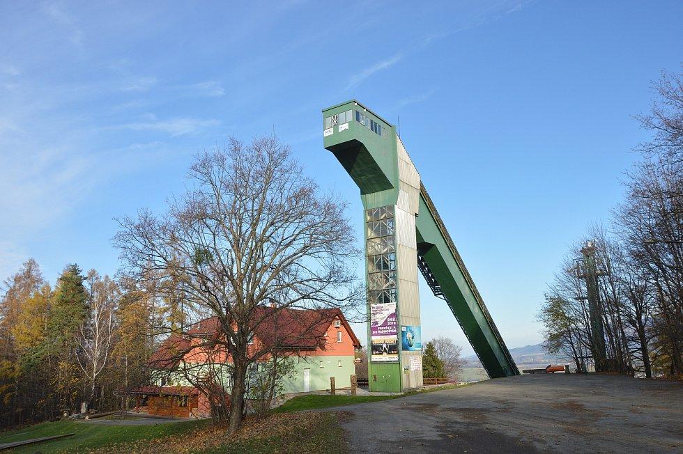 Horní část skokanského můstku k 95.