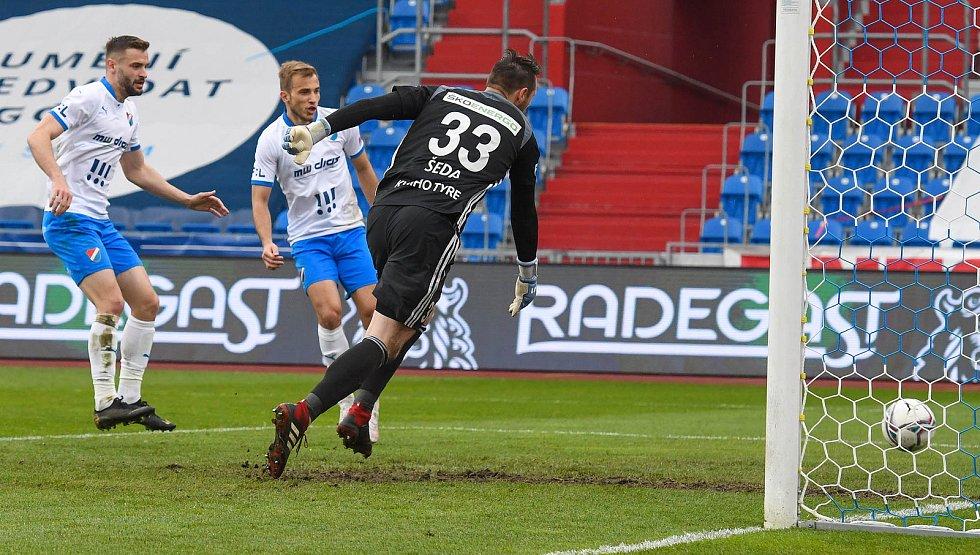 Fotbalisté Baníku Ostrava (v modro-bílém) v duelu 28. kola FORTUNA:LIGY s Mladou Boleslaví (2:1). Zleva Tomáš Zajíc a Nemanja Kuzmanović.