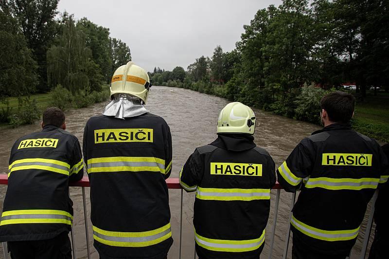 Velké drama se odehrálo v neděli 21. června 2020 ve Frýdku-Místku. Muž se dvěma dětmi se vydal na raftu na vodu.Plavidlo se převrhlo. Vytáhnout je museli hasiči.