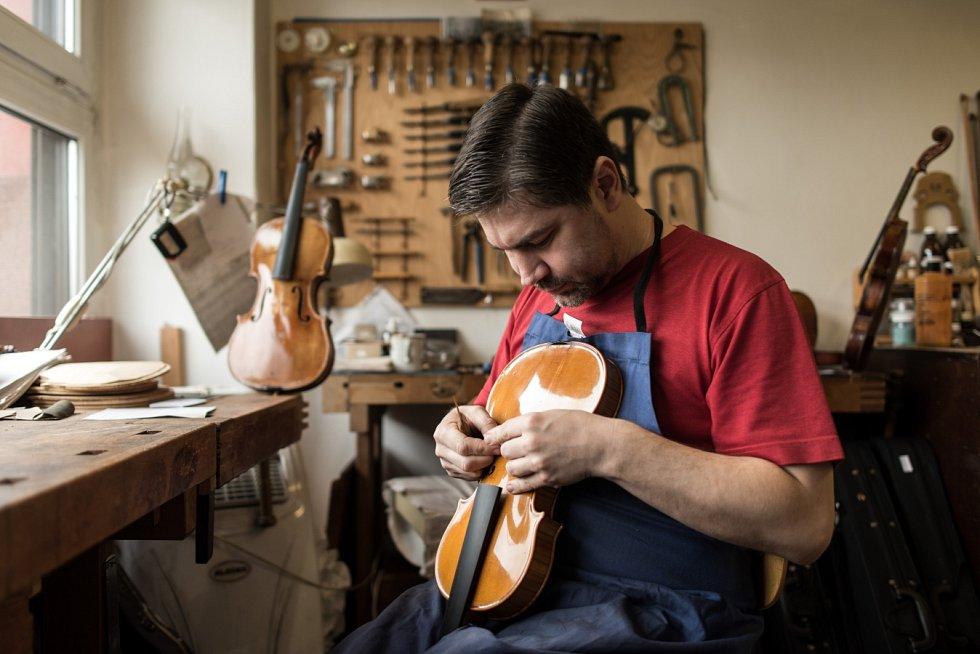 Tomáš Pospíšil, mistr houslař ve svém ostravském ateliéru.